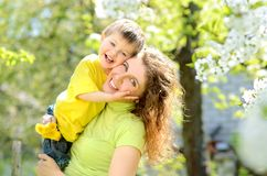 niño pequeño sonriente en los brazos de su madre imágenes de archivo libres de regalías