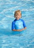 Niño pequeño sonriente en piscina Fotografía de archivo