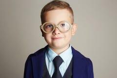 Niño pequeño sonriente en traje y lazo Fotos de archivo