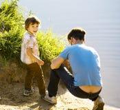 Niño pequeño sonriente feliz con el padre que se divierte el vacaciones de verano, concepto de la gente de la forma de vida Imágenes de archivo libres de regalías