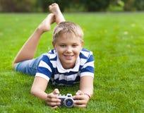 Niño pequeño sonriente feliz con la cámara retra del vintage Imagenes de archivo