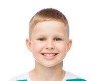 Niño pequeño sonriente sobre el fondo blanco Fotos de archivo