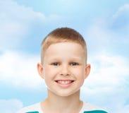 Niño pequeño sonriente sobre fondo verde Foto de archivo libre de regalías