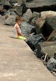 Niño pequeño triste. Foto de archivo libre de regalías