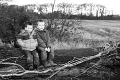 Niño pequeño triste en el campo Foto de archivo libre de regalías