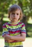 Niño pequeño triste en el parque foto de archivo libre de regalías