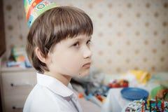 Niño pequeño triste en su cumpleaños Fotografía de archivo libre de regalías