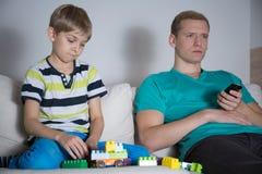 Niño pequeño triste que juega solamente imágenes de archivo libres de regalías