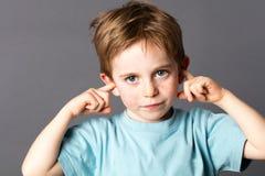 Niño pequeño triste que no quiere escuchar la violencia en el hogar Imágenes de archivo libres de regalías