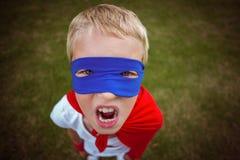 Niño pequeño vestido como superhombre fotos de archivo libres de regalías