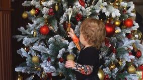 Niño pequeño y árbol de navidad 4K almacen de metraje de vídeo