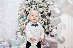 Niño pequeño y árbol de navidad ` S del Año Nuevo y la Navidad Fotos de archivo