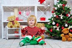 Niño pequeño y media lindos y felices de la Navidad fotografía de archivo