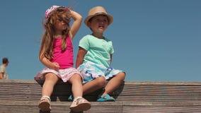 Niño pequeño y muchacha almacen de metraje de vídeo