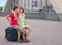 Niño pequeño y muchacha en la estación Foto de archivo libre de regalías