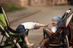 Niño pequeño y muchacha gritadora Fotos de archivo