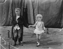Niño pequeño y muchacha vestidos encima de (todas las personas representadas no son vivas más largo y ningún estado existe Garant fotografía de archivo libre de regalías