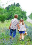 Niño pequeño y niña con recorrer Fotos de archivo libres de regalías