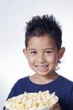 Niño pequeño y palomitas de maíz Imagen de archivo