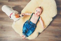 Niño pequeño y perro en casa Foto de archivo libre de regalías