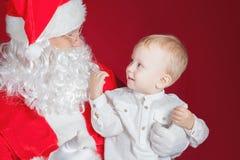 Niño pequeño y Santa Claus en el día de fiesta de la Navidad Imagen de archivo libre de regalías