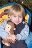Niño pequeño y su peluche-oso Imágenes de archivo libres de regalías