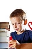 Niño pequeño y su preparación Fotos de archivo libres de regalías