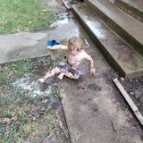 Niño pequeño y un charco de fango Fotografía de archivo libre de regalías