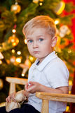 Niño pequeño y un regalo Foto de archivo libre de regalías
