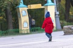Niño perdido que busca para los padres en f pública fotos de archivo libres de regalías