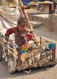 Niño pobre en las calles de Jaipur. Imagen de archivo libre de regalías