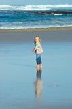Niño por el mar imagen de archivo libre de regalías