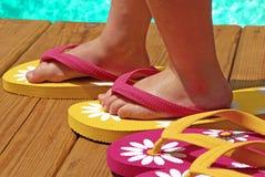Niño por flip-flop que desgastan de la piscina Imágenes de archivo libres de regalías