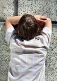 Niño por la pared Fotos de archivo libres de regalías