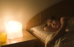 Niño por sueño imagenes de archivo