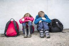 Niño pre adolescente dos en la escuela afuera Fotografía de archivo