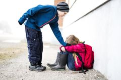 Niño pre adolescente dos en la escuela afuera Fotos de archivo