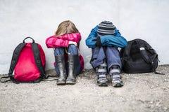 Niño pre adolescente dos en la escuela afuera Foto de archivo libre de regalías