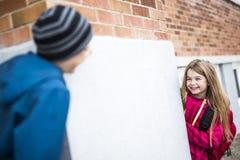 Niño pre adolescente dos en la escuela afuera Imagenes de archivo