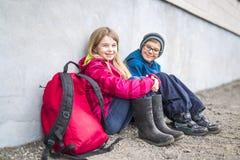 Niño pre adolescente dos en la escuela afuera Imagen de archivo libre de regalías