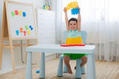 Niño preescolar 3 años que juegan con los bloques coloridos del juguete Imagen de archivo