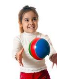 Niño preescolar con la bola Imagenes de archivo