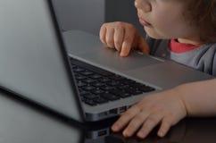 Niño preescolar usando el ordenador Foto de archivo libre de regalías