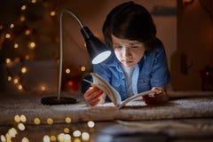 Niño preocupante implicado en sorprender cuento de hadas fotografía de archivo libre de regalías