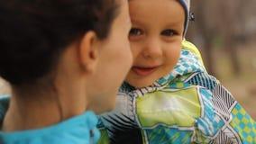 Niño presionado hacer frente a su madre almacen de video