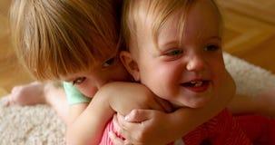 Niño que abraza al hermano en casa almacen de metraje de vídeo