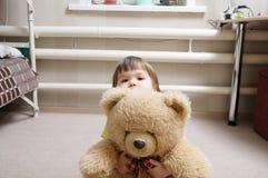 Niño que abraza el oso de peluche, concepto de la dedicación, niño que oculta detrás del juguete imagen de archivo libre de regalías