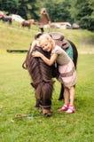 Niño que abraza el pequeño potro marrón Imágenes de archivo libres de regalías