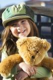 Niño que abraza su oso de peluche imágenes de archivo libres de regalías