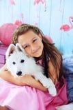 Niño que abraza un perro en el cuarto El concepto de amistad y de l Imagen de archivo